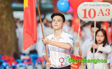 hot boy cầm cờ